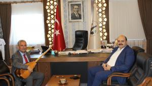 Başkan Orhan'a Halk Ozanı usulü teşekkür