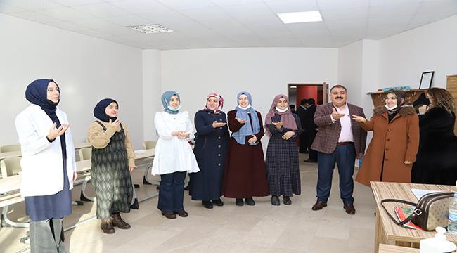 Palandöken Belediyesi kursiyerlerinden Cumhurbaşkanı Erdoğan'a işaret diliyle 'Seni Seviyoruz' mesajı
