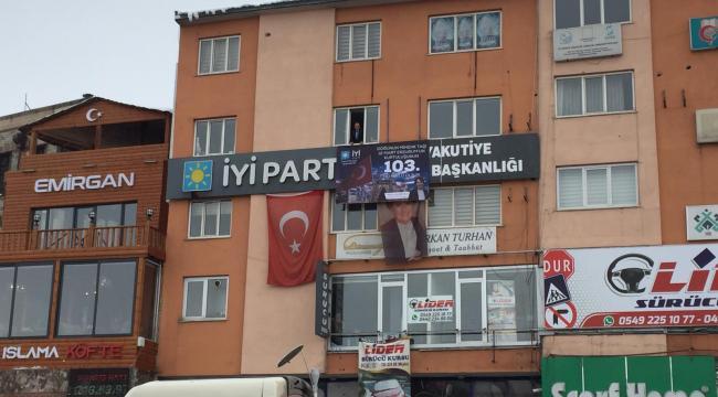 İYİ Parti Yakutiye İlçe Başkanlığı Parti binasına pankart astı