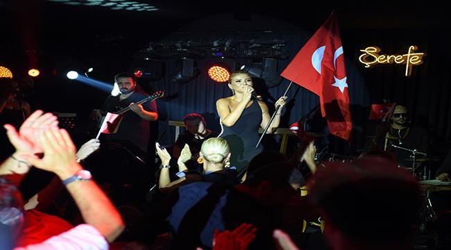 Gülben Ergen' le 30 Ağustos Kutlaması! Alaçatı'yı Coşturdu!
